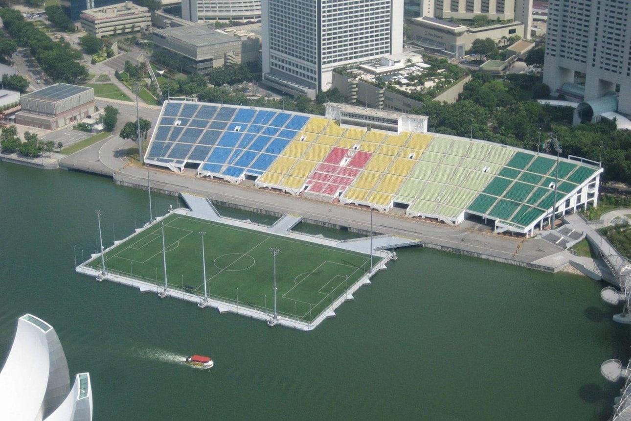 Le Marina Bay Stadium, à Singapour avec son terrain flottant est l'un des stades de football les plus insolites du monde.