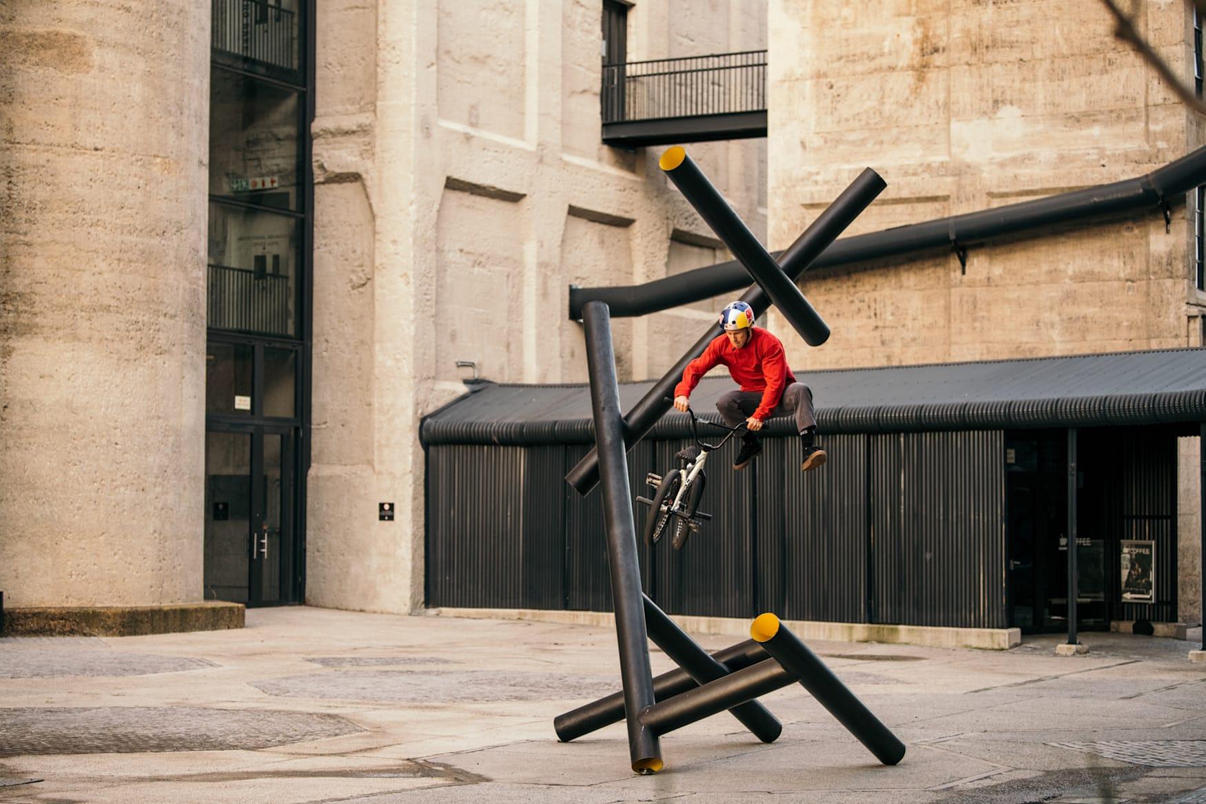 Murray Loubser hace un truco con su BMX en Ciudad del Cabo, Sudáfrica.