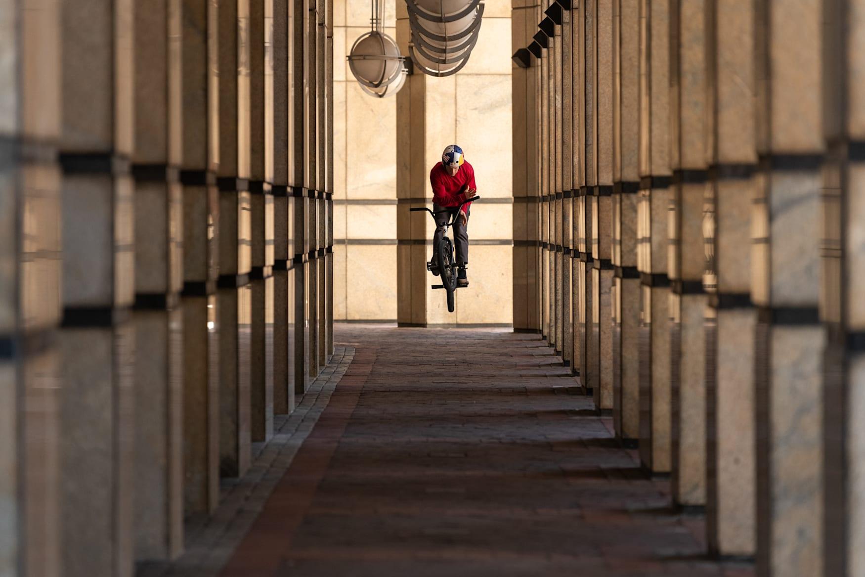 Murray Loubser hace un barspin con su BMX en Ciudad del Cabo, Sudáfrica.