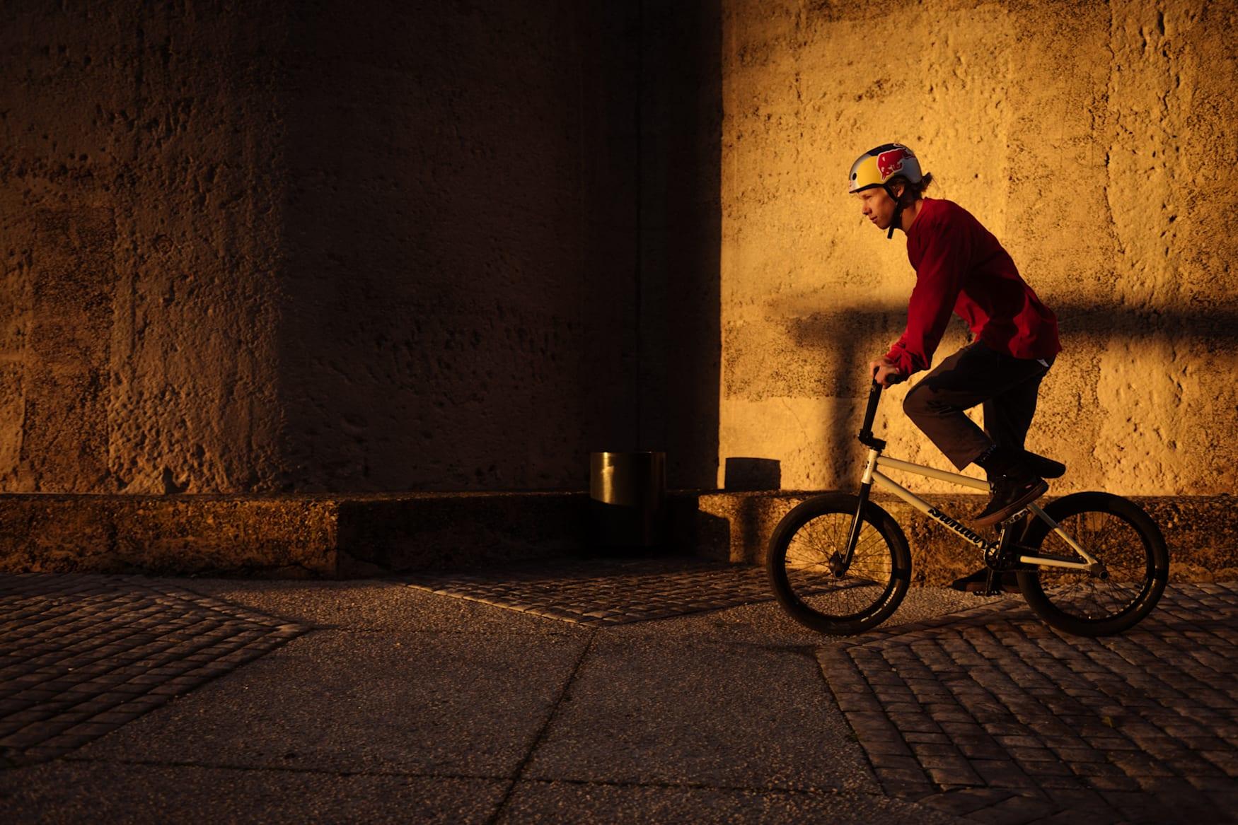 Murray Loubser rueda con su BMX por Ciudad del Cabo, Sudáfrica.