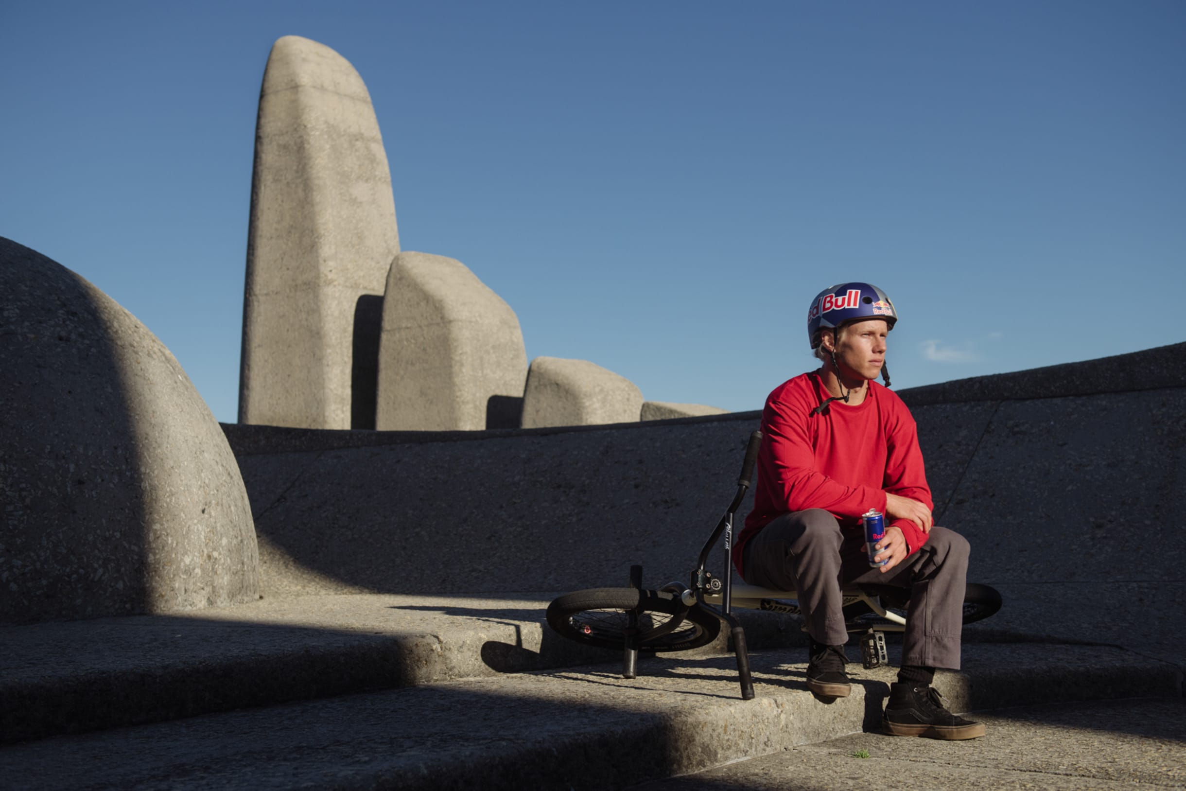 Murray Loubser delante del Afrikaans Language Monument en Sudáfrica.