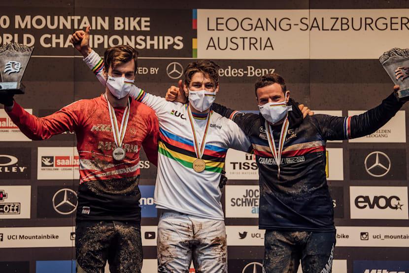 Reece Wilson (GBR) no centro com a medalha de ouro e a camisa arco-íris