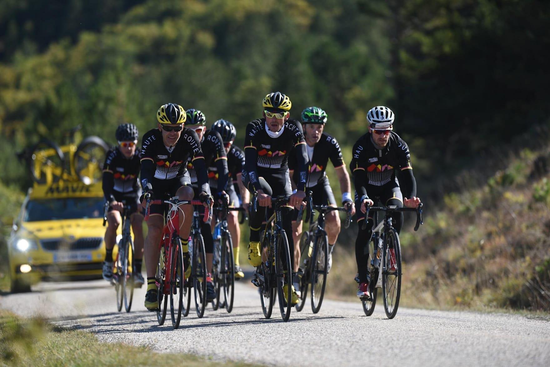 Eine Gruppe von Radfahrern fährt das Rennen der Haute Route Alps.