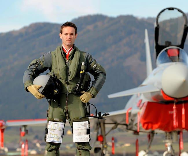 Ein Mann, seine Ausrüstung und sein Flugzeug.