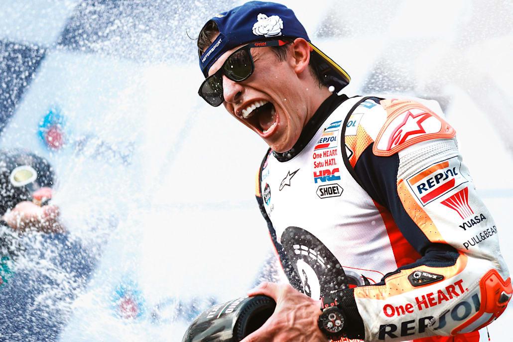 Ο Márquez γιορτάζει τη νίκη του στο  MotoGP™ του Thai Grand Prix