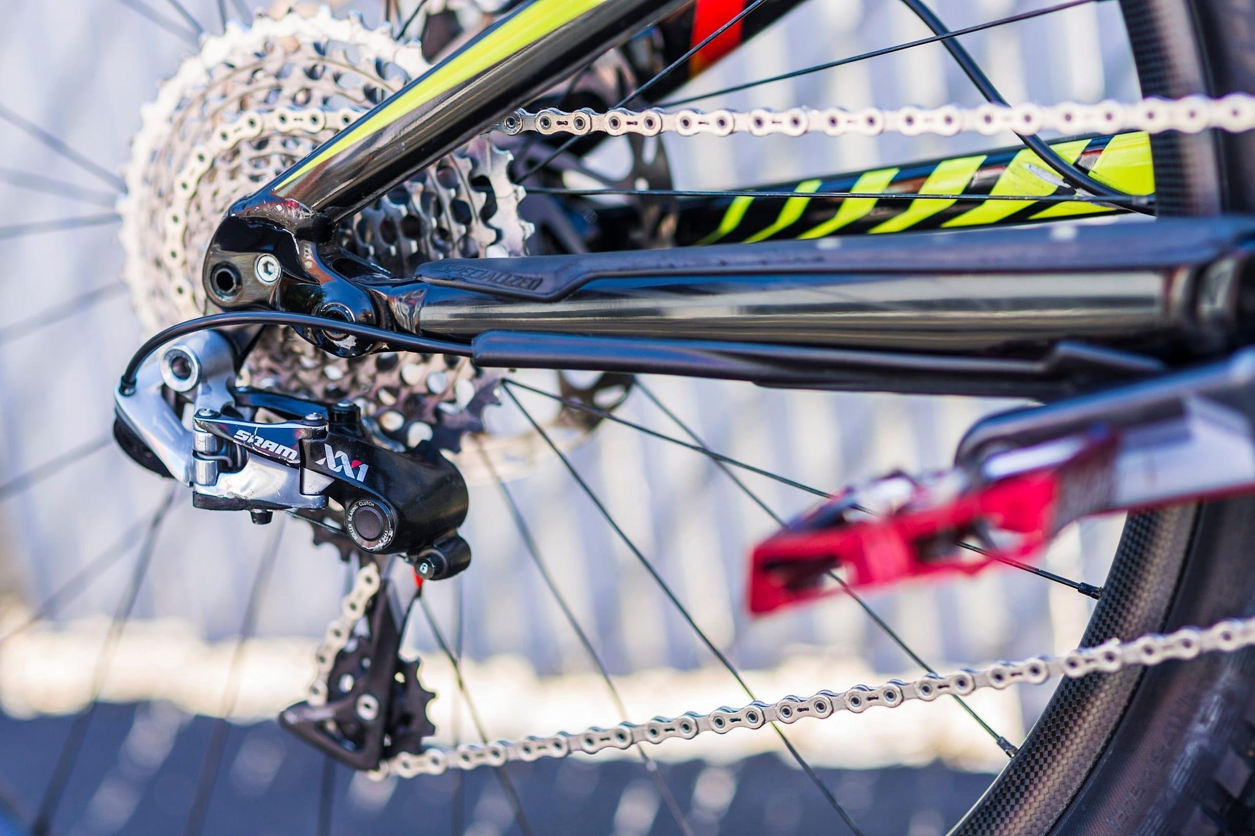 En el interior de la bicicleta de montaña, la bicicleta personal de Curtis Keene mira el cambio trasero.