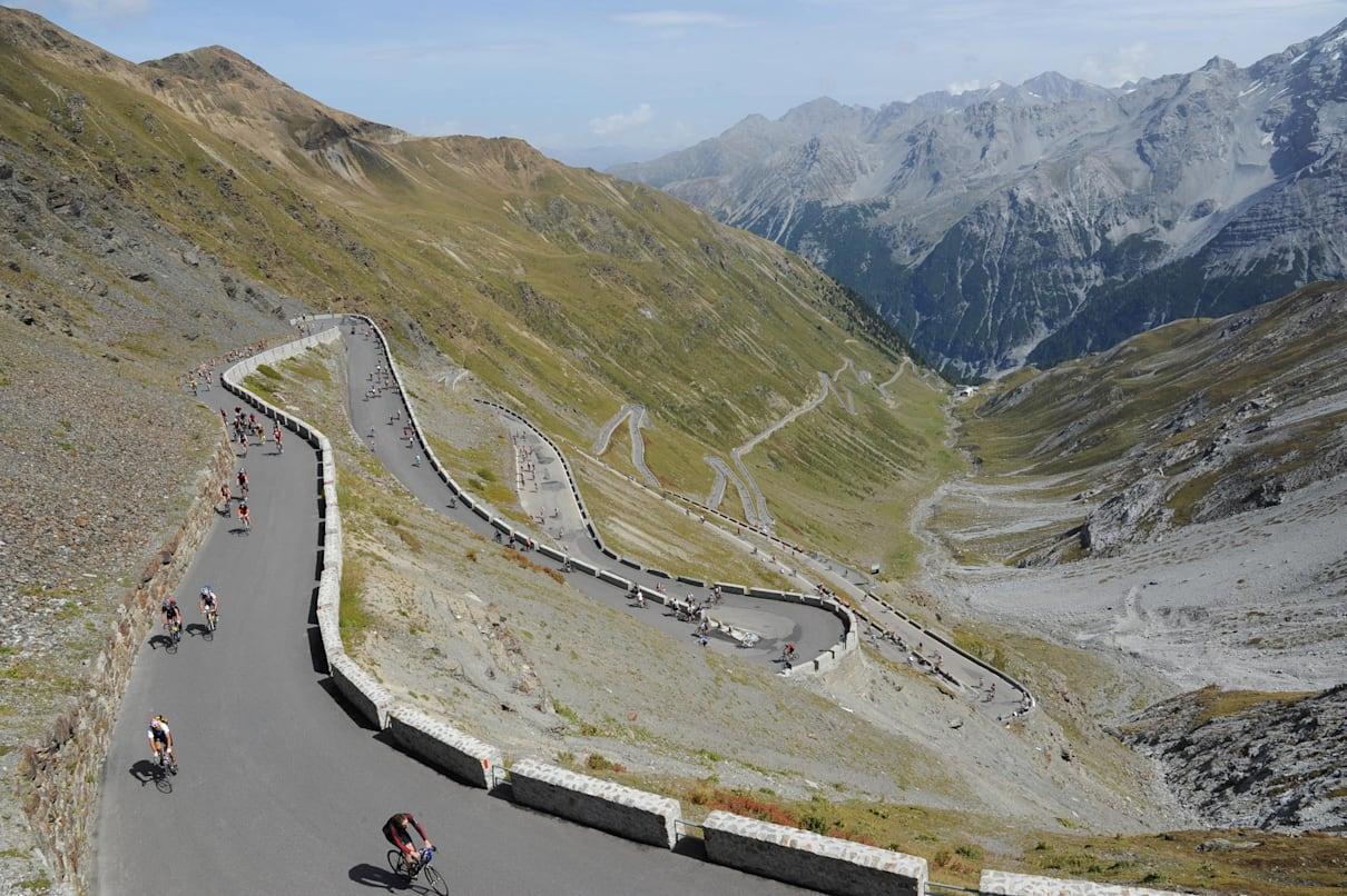 Ciclistas lutando no Stelvio Pass