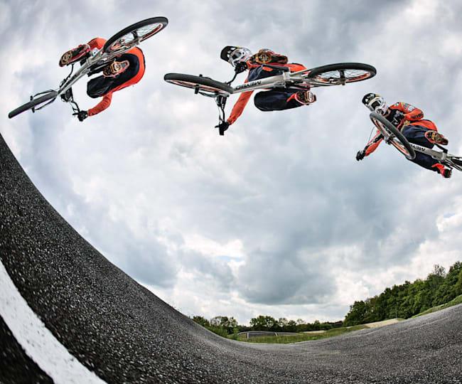 Twan van Gendt vliegt over het parcours in Papendal