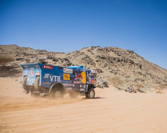 Anton Shibalov blasts his KAMAZ across the Saudi Arabian sand