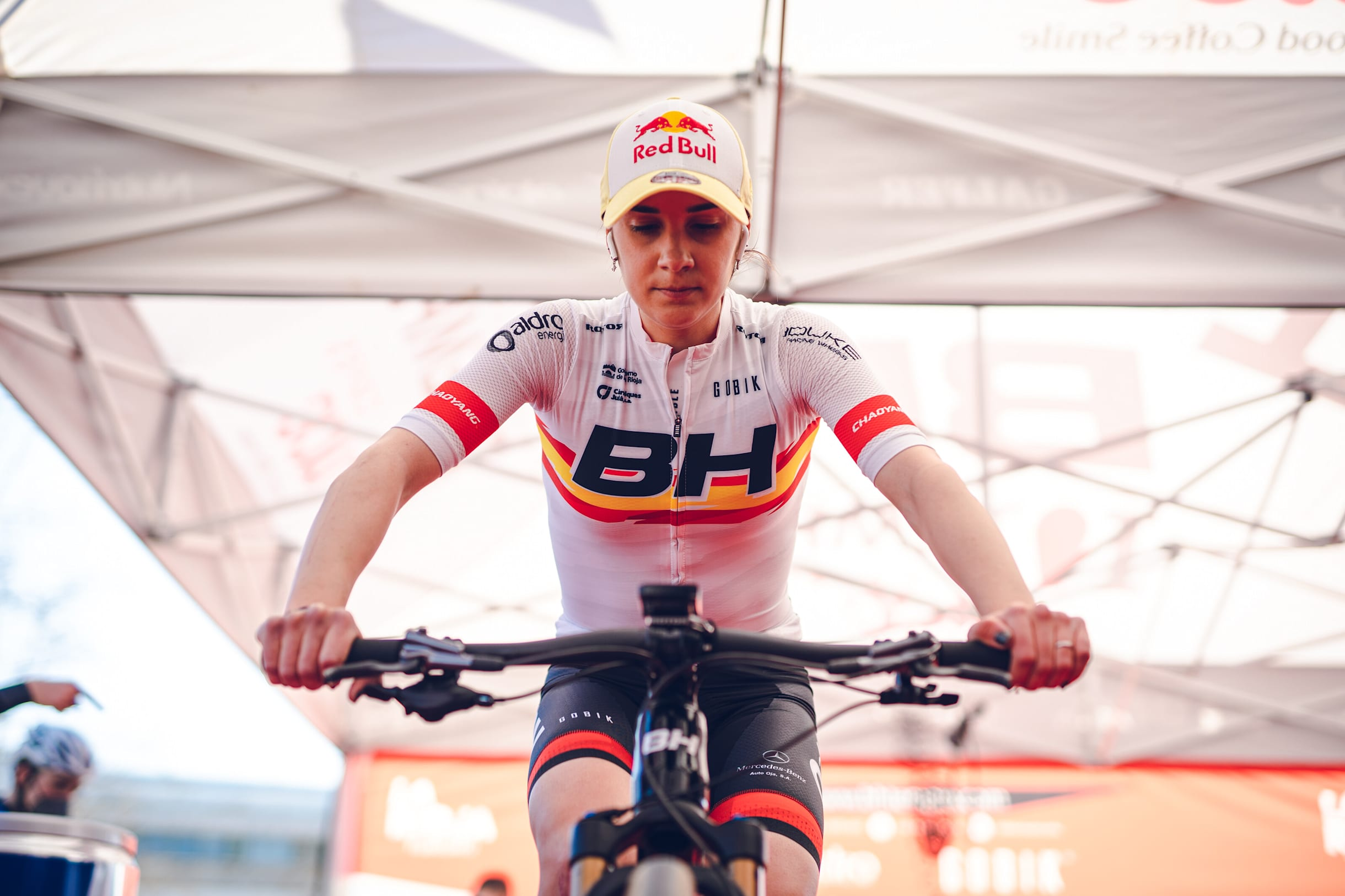 La piloto de MTB Rocío del Alba con el mallot de campeona de España de Mountain Bike calentando antes de una prueba UCI.