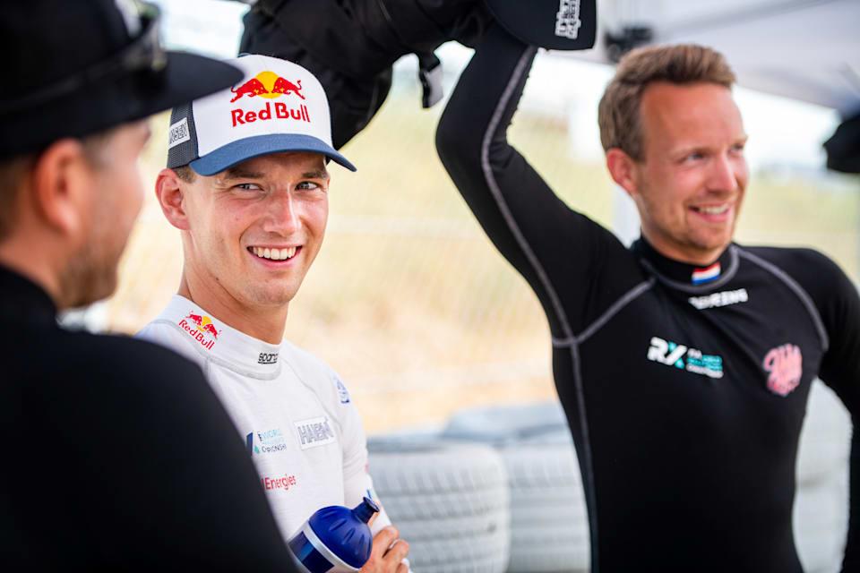 Timmy Hansen, World Rallycross sürücüleri Timo Scheider ve Kevin Abbring ile taktik konuşuyor.