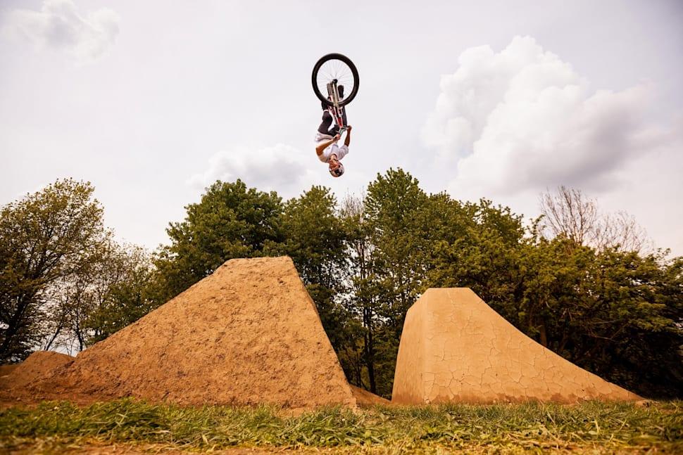 Ο Erik Fedko σε ένα άριστα διαμορφωμένο dirt jump