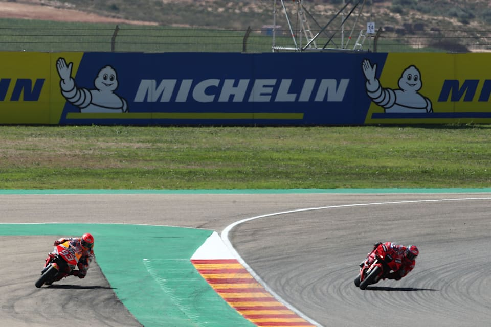 Honda'dan Marc Márquez, yarış galibi Ducati'den Francesco Bagnaia'yı geçmeye çalışırken Aragon'da geniş koşuyor.