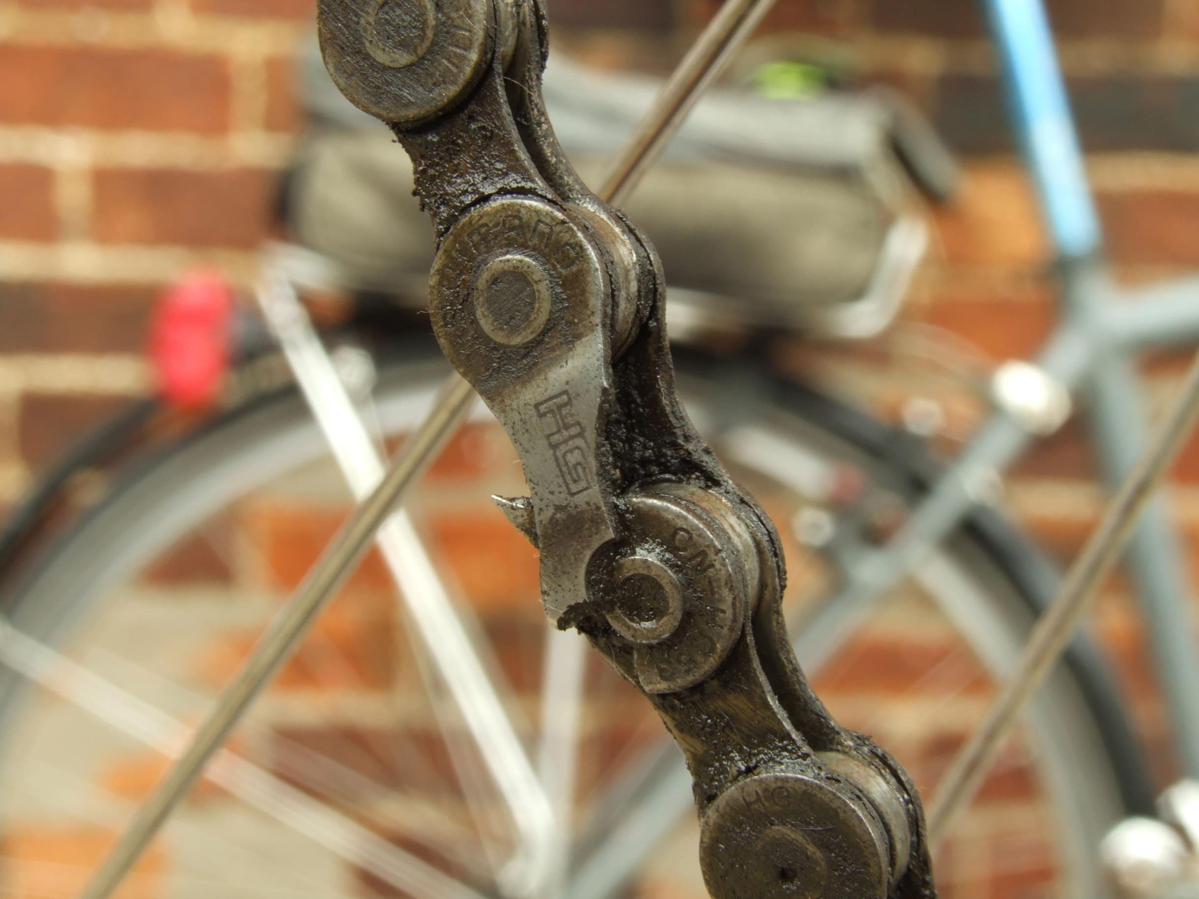 Una cadena rota, de cerca en una bicicleta de ciudad