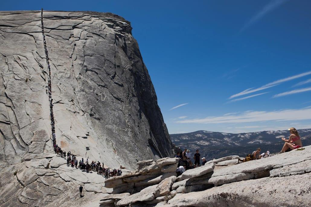 La randonné d'un jour pour grimper au sommet du Half Dome au Parc National de Yosemite.