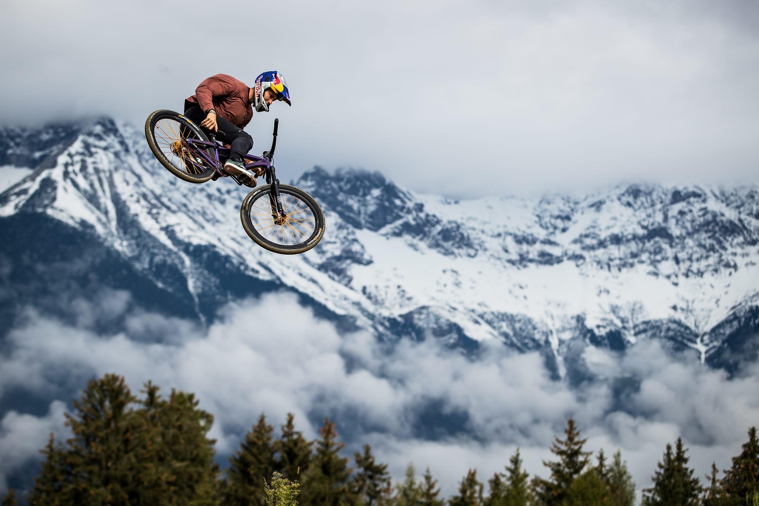 Dawid Godziek durante la prueba de slopestyle en el Crankworx World Tour en Innsbruck, Austria, el 30 de septiembre de 2020.