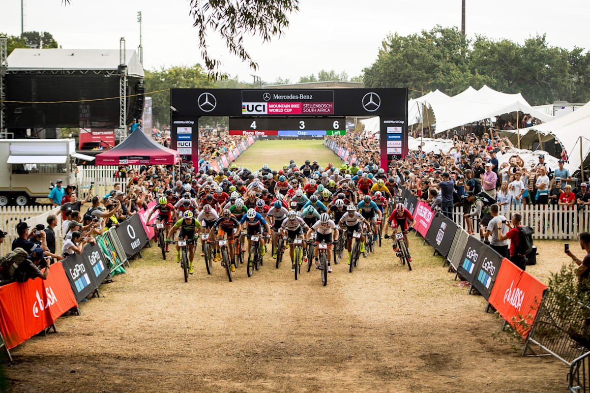 Erkek bisikletçiler Güney Afrika'nın Stellenbosch kentinde düzenlenen 2018 Dünya Kupası açılış turunda start alıyor.