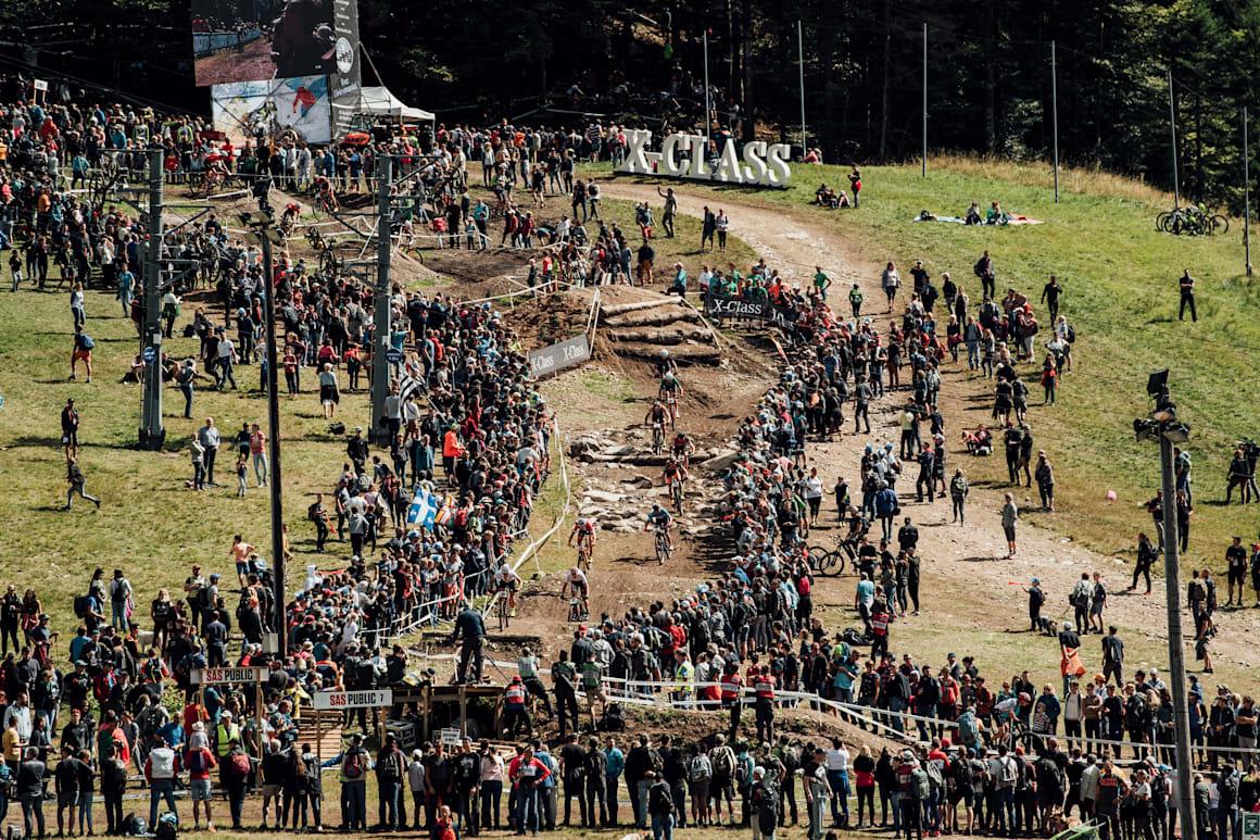 Fransa, La Bresse'de düzenlenen 2018 UCI XCO Dünya Kupası'ndaki aksiyon yüksek bir noktadan fotoğraflandı.