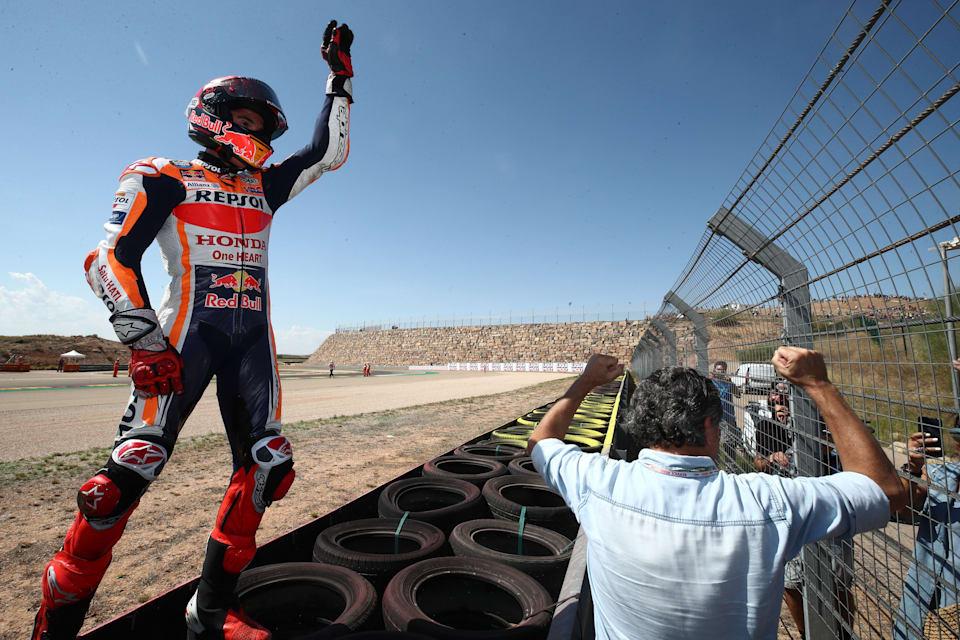 Honda'dan Marc Márquez, yarıştan sonra Aragón'da taraftarlarla kutlama yapıyor.