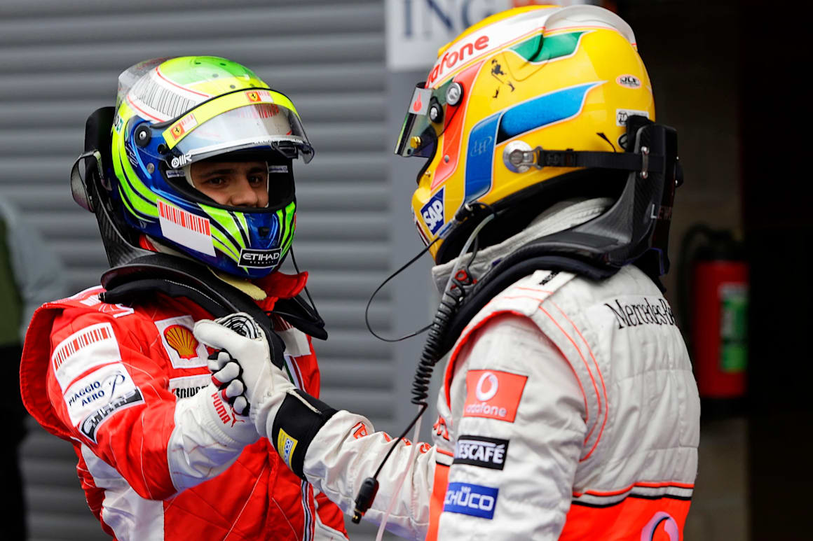 Una imagen de Felipe Massa y Lewis Hamilton estrechándose la mano en el Gran Premio de Bélgica de 2008 en el Circuit de Spa-Francorchamps.