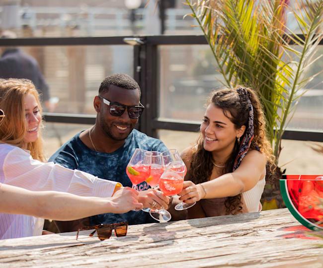 Cheers op de mooie zomer met Red Bull Watermeloen