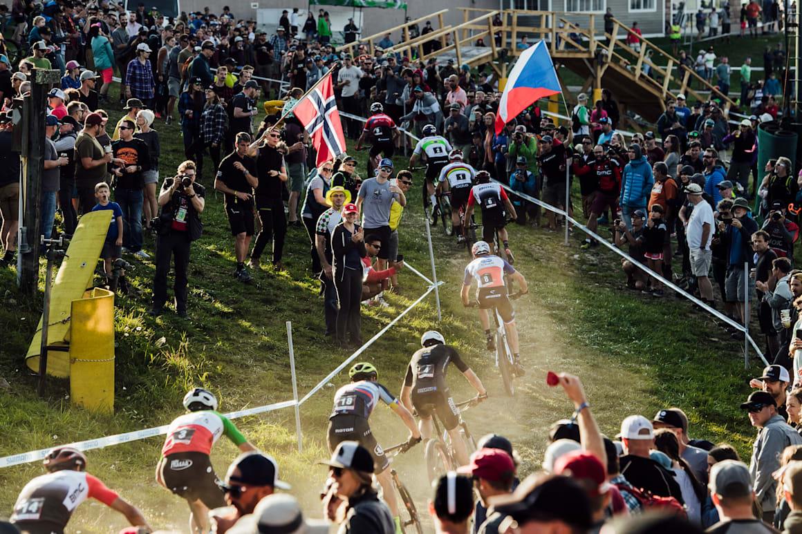 Bisikletçiler, ABD'nin Snowshoe kentinde düzenlenen UCI XCC Dünya Kupası'nda yarışıyor.