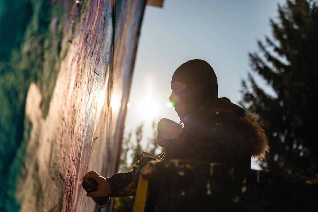 Văzută în întregime, lucrarea prezintă portretul unei tinere moldovence care reflectă momentul în care vrea să se deschidă și să fie una cu cerul și pământul.