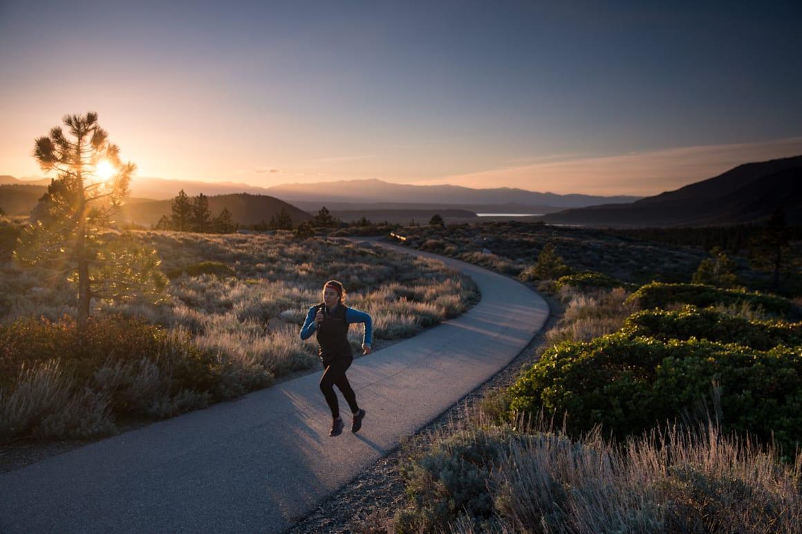 O participante corre durante a sétima edição com a app Wings for Life World Run em Mammoth Lakes, Califórnia, Estados Unidos, a 3 de maio de 2020.