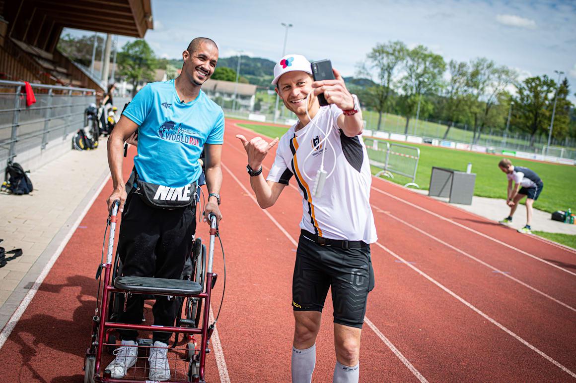 O vencedor Niklas Sjöblom da Suécia tira uma selfie com David Mzee da Suíça durante a sétima edição da Wings for Life World Run - App Run em Wetzikon, Suíça, a 3 de maio de 2020.