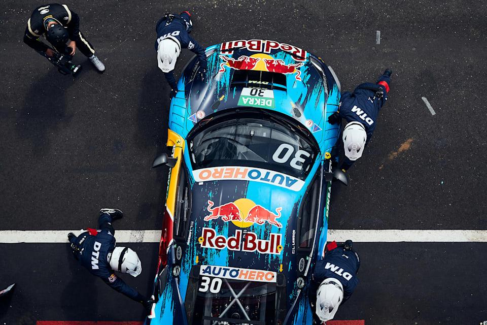 Red Bull AlphaTauri AF Corse mekaniği, Liam Lawson'ın Ferrari 488 GT3 Evo 2020'yi 7 Ağustos 2021'de Belçika'nın Circuit Zolder kentindeki DTM sırasında garaja geri itiyor.