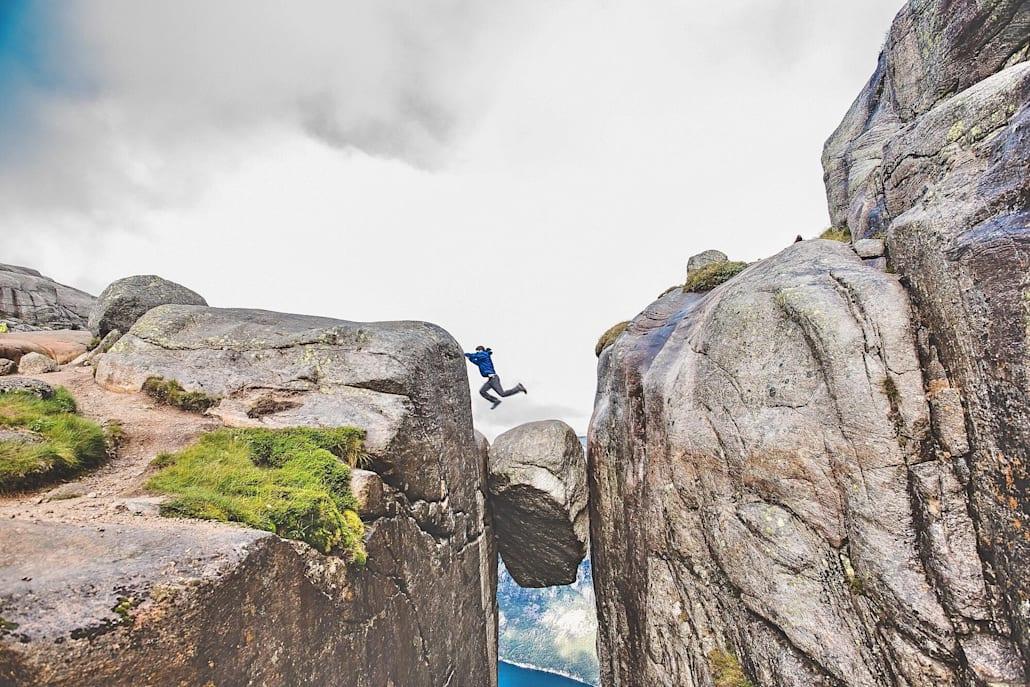 Le célèbre rocher coincé entre les falaises à Rogaland