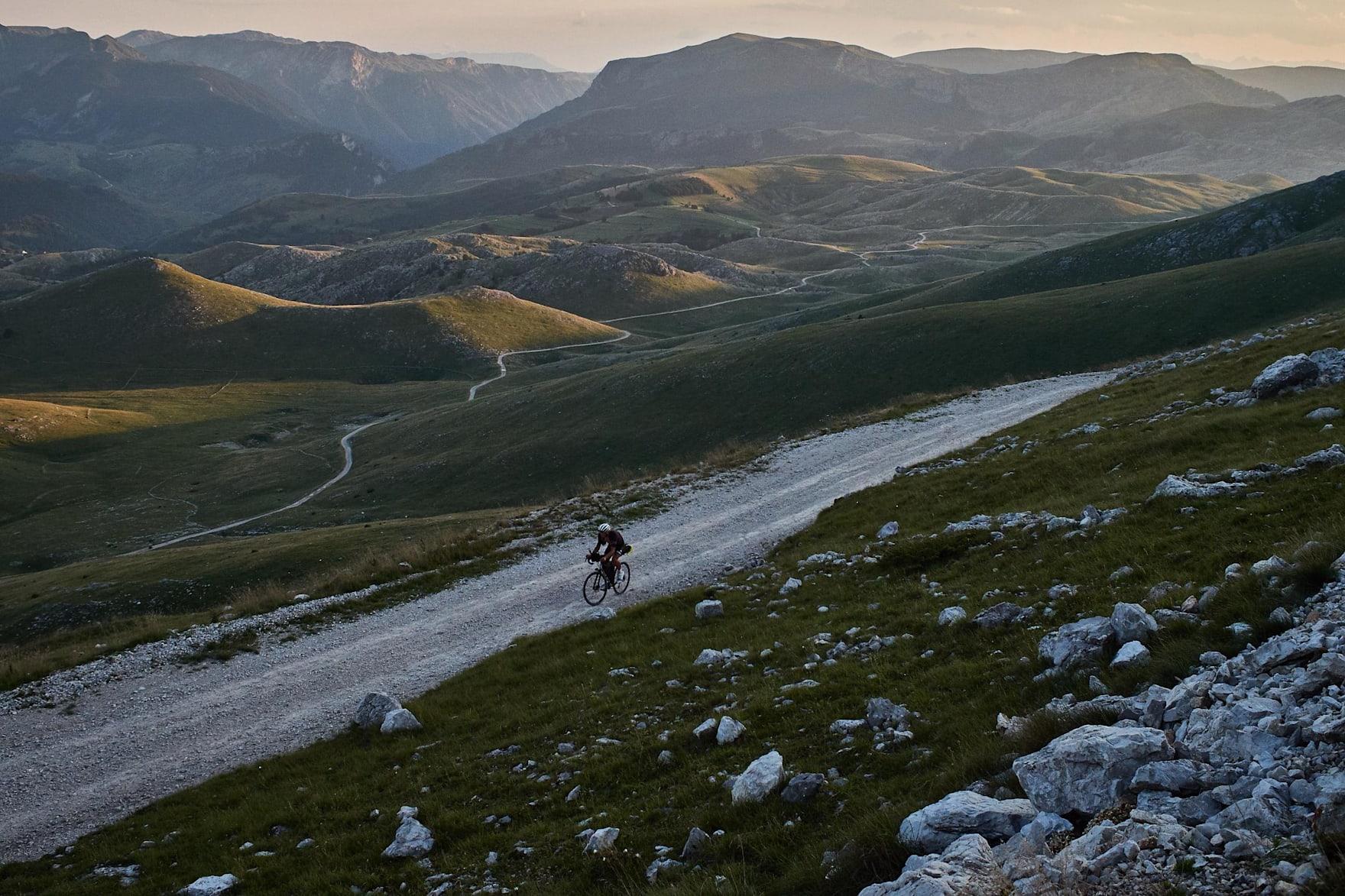 James Hayden fährt während des Transcontinental-Rennens 2018 in Bjelašnica, Bosnien und Herzegowina.