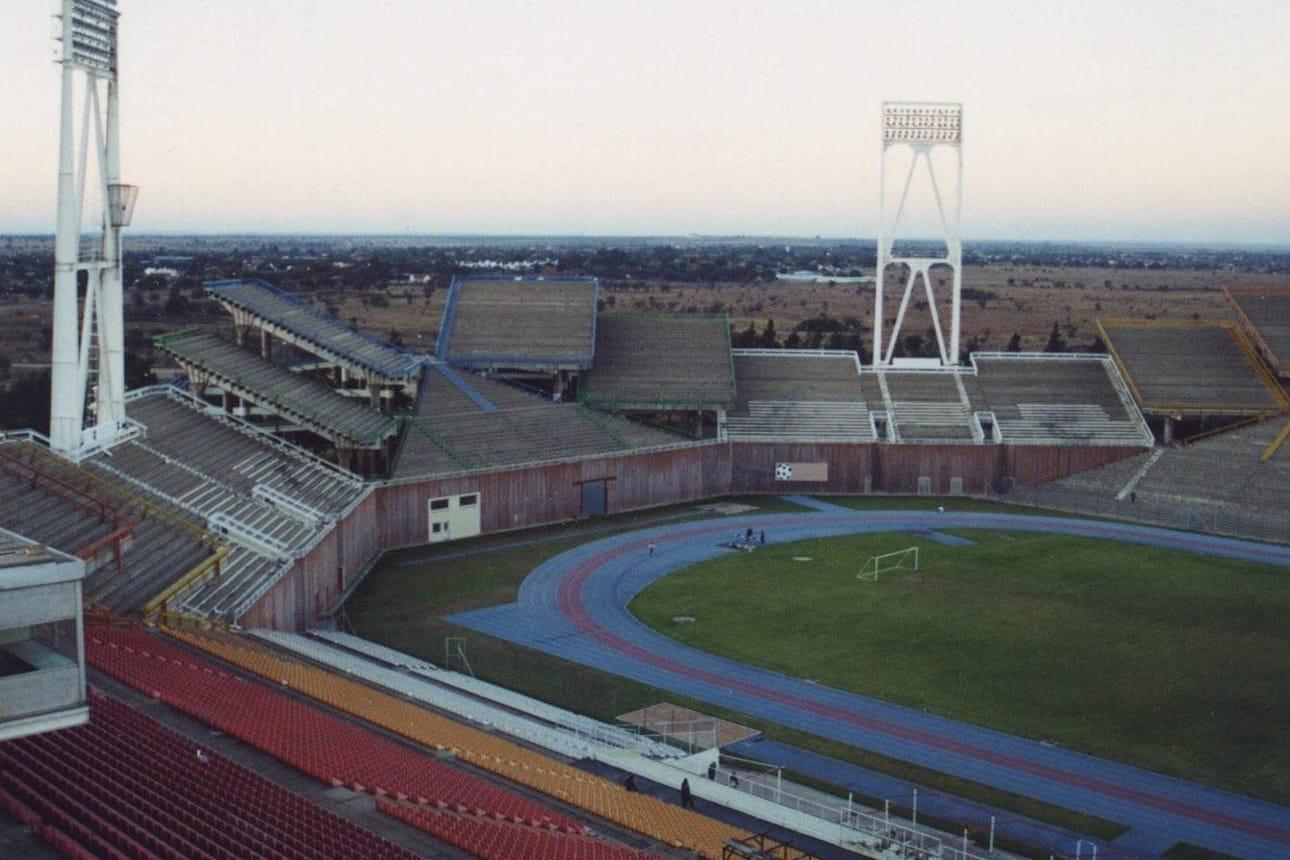 Avez ses tribunes qui ne pointent pas nécessairement vers le terrain, le stade de football Mmabatho en Afrique du Sud est l'un des plus étranges du monde.