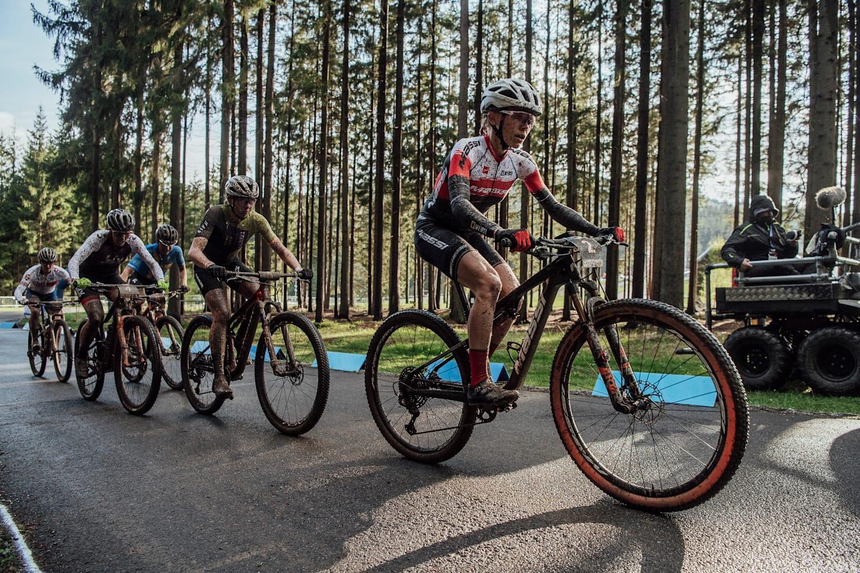 Loana Lecomte in Führung beim XCC-Rennen der Damen beim UCI XCO World Cup in Nove Mesto na Morave, Tschechien.