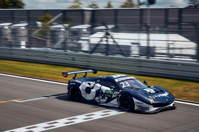 Red Bull AlphaTauri AF Corse'den Alex Albon, DTM'deki ilk galibiyetini 22 Ağustos 2021'de Almanya'daki Nurburgring'de almak için bitiş çizgisini geçti.