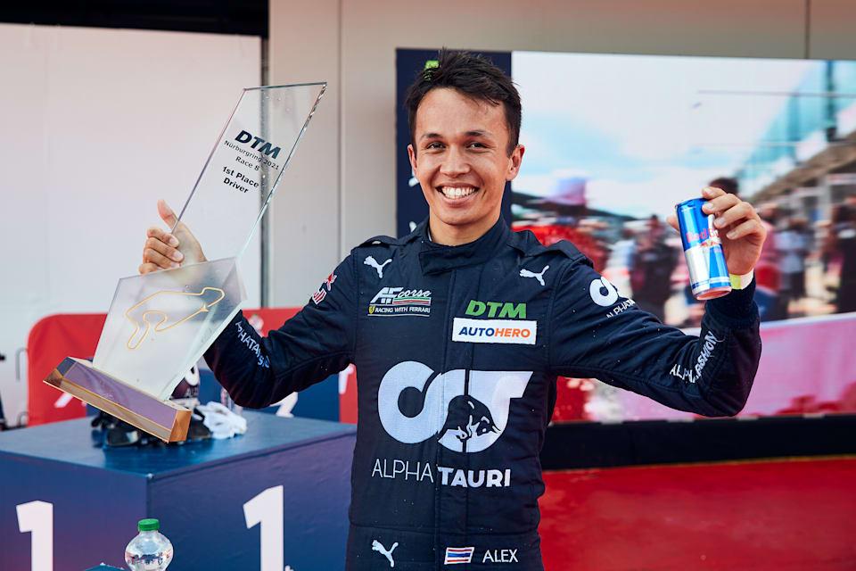 Alex Albon, 22 Ağustos 2021'de Nürburgring'deki zaferinden sonra yeni kazananın kupasını gösteriyor.