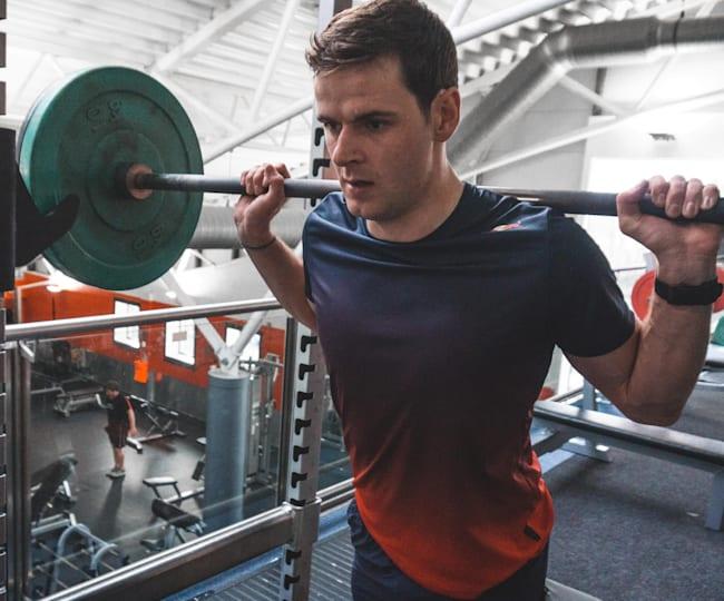 Greg Callaghan haciendo pesas
