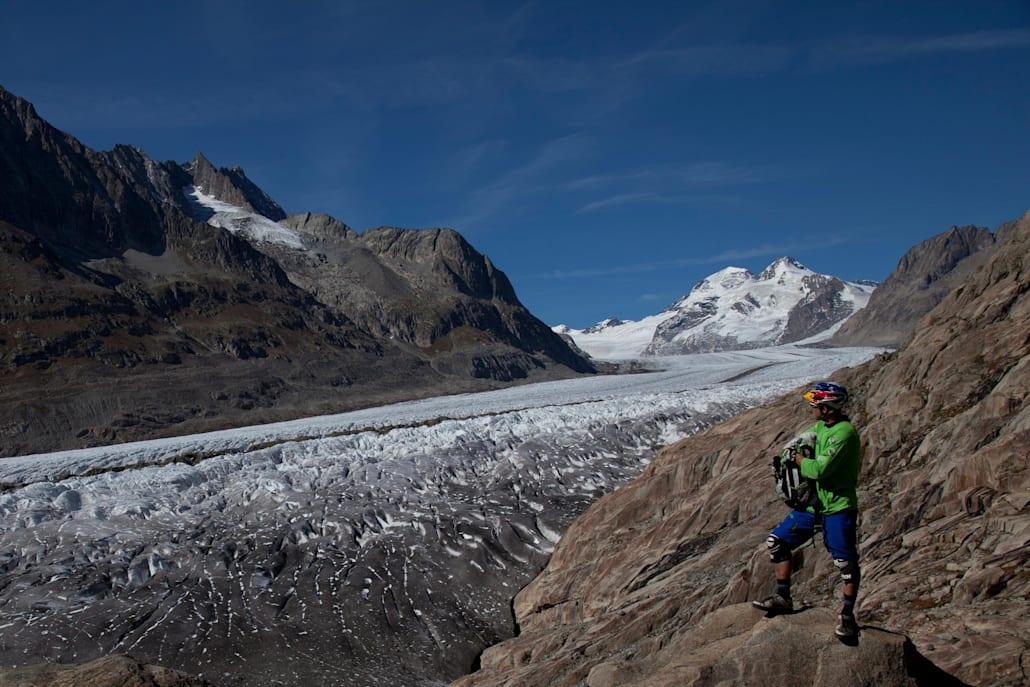 La randonnée d'un jour Aletsch Panoramaweg le long du glacier d'Aletsch jusqu'à Märjelensee, Suisse.