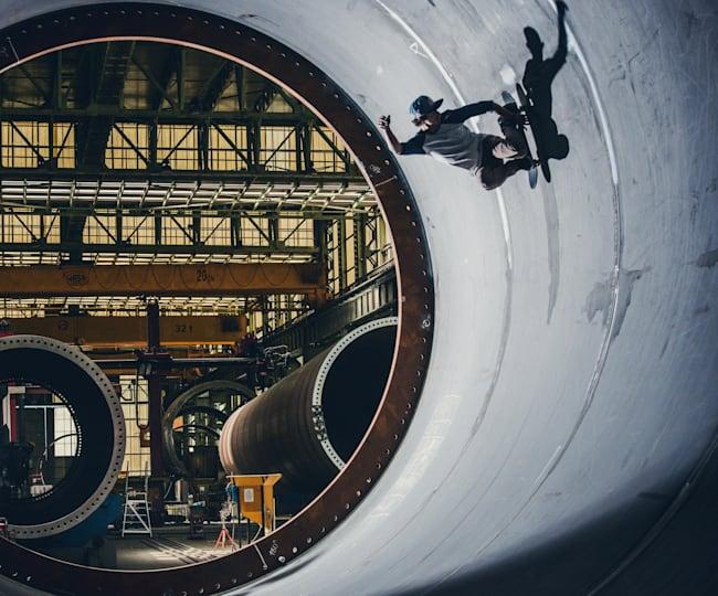 Danny León patina en la fábrica de torres eólicas