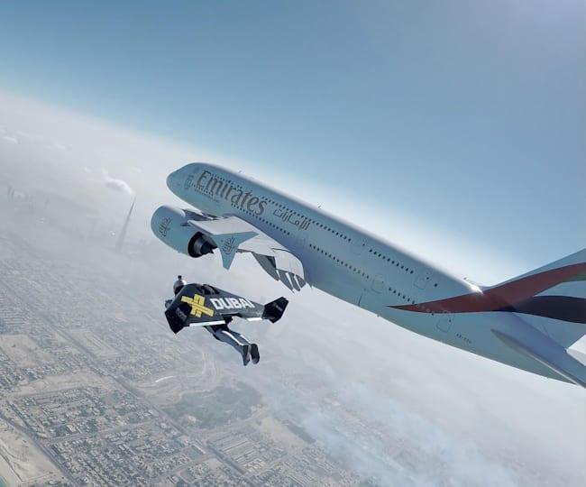 En jetpack au-dessus de la plage de Dubaï
