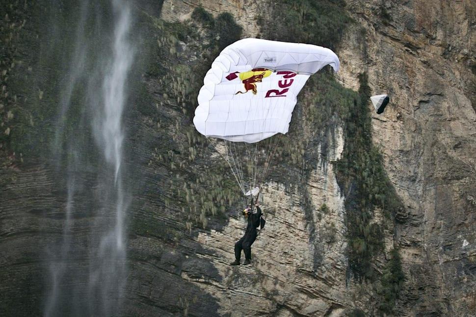 O Cédric Dumont κατά τη διάρκεια του BASE jumping σε καταρράκτη στο Περού.
