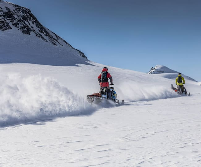 John Jackson y Eric Jackson con motos de nieve en Canadá