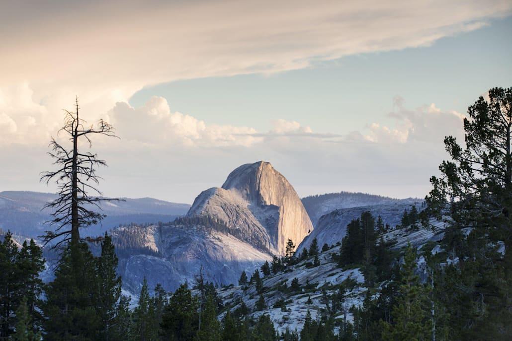 Plusieurs parcours d'escalade de rocher traversent Tuolumne Meadows dans le parc du Yosemite.