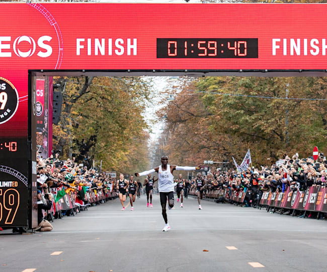 Kipchoge crossing the line in Vienna
