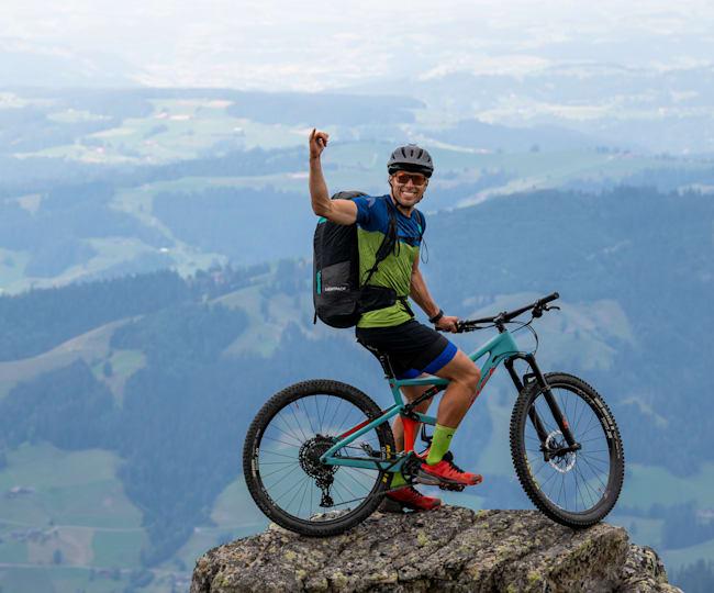 On top: Patrick von Känel mit seinem Mountainbike auf dem Gipfel.