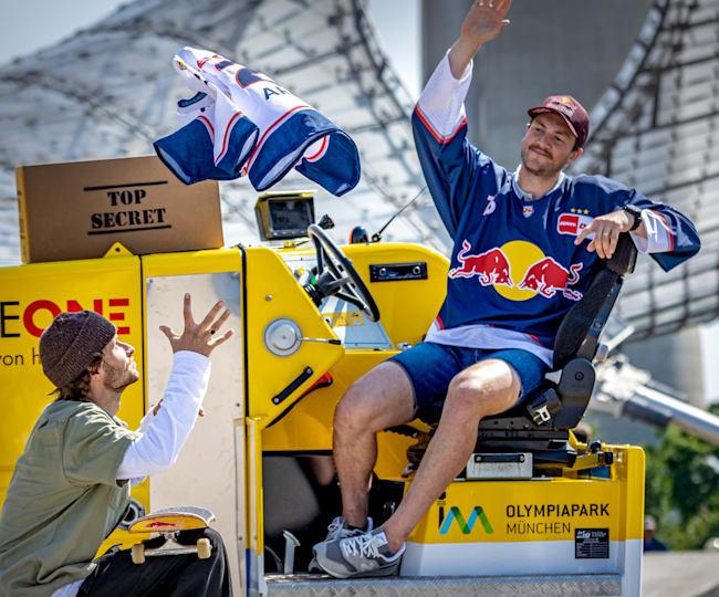Im Olympiapark verteilte Abeltshauser die neuen Red Bull München-Trikots.