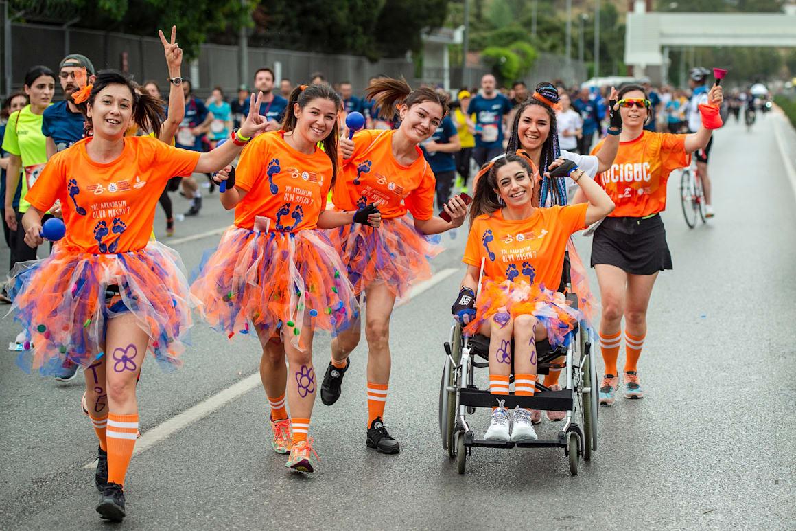 Os participantes correm durante a sexta edição da Wings for Life World Run em Izmir, Turquia, a 5 de maio de 2019.