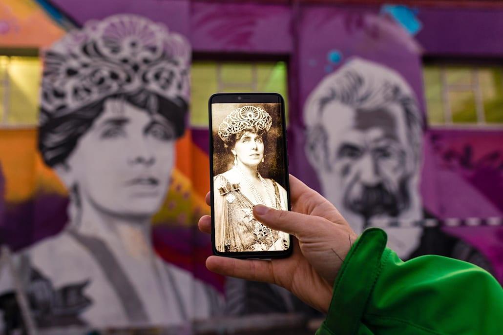 """Pictura a fost realizată pe peretele Școlii Gimnaziale """"Miron Costin""""."""