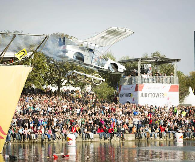 "Red Bull Flugtag 2012: ""Back to the Future"" mit ihrem fliegenden Delorian"