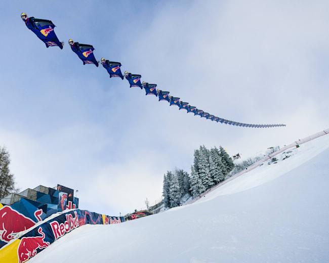 Het Red Bull Skydive Team vliegt over de Streif